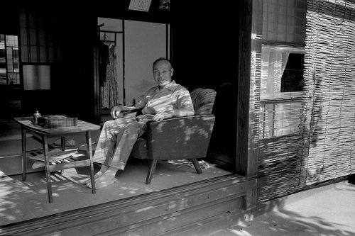 縁側の椅子に座る老人