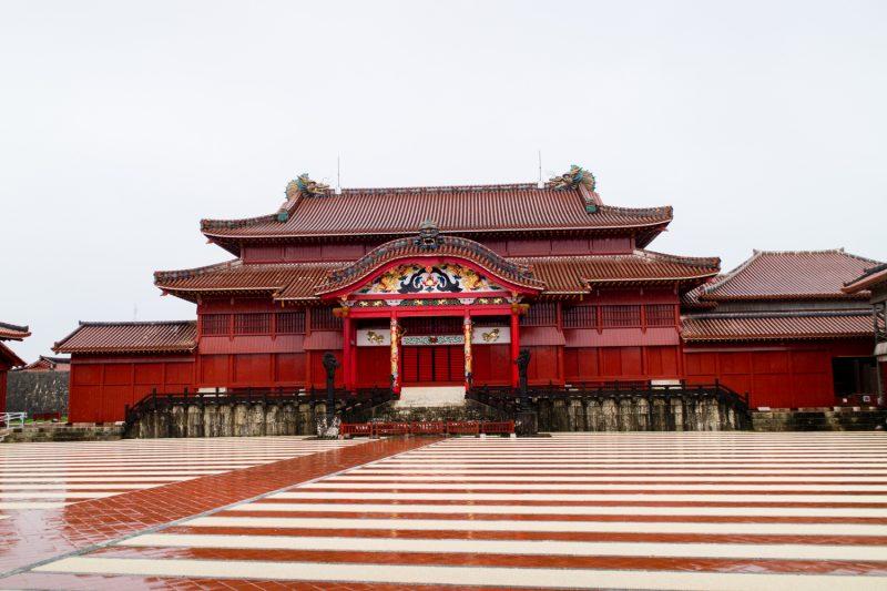 雨の首里城正殿