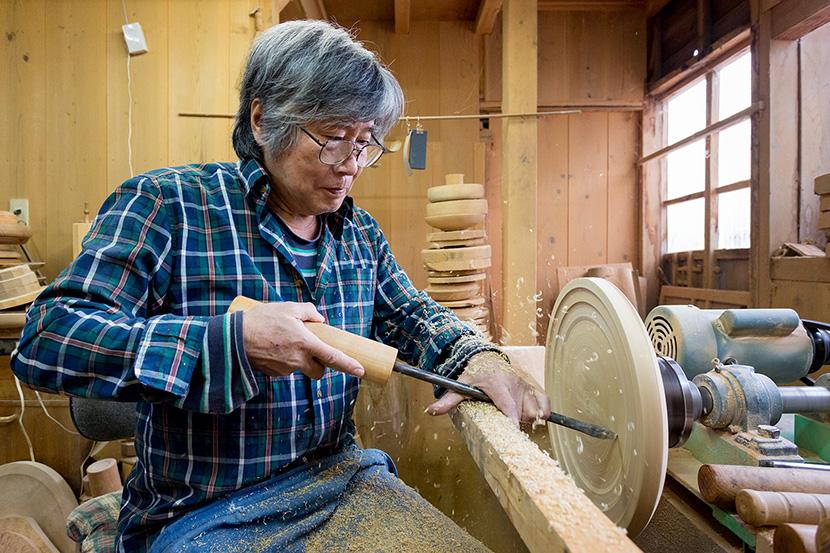 木工品の轆轤作業
